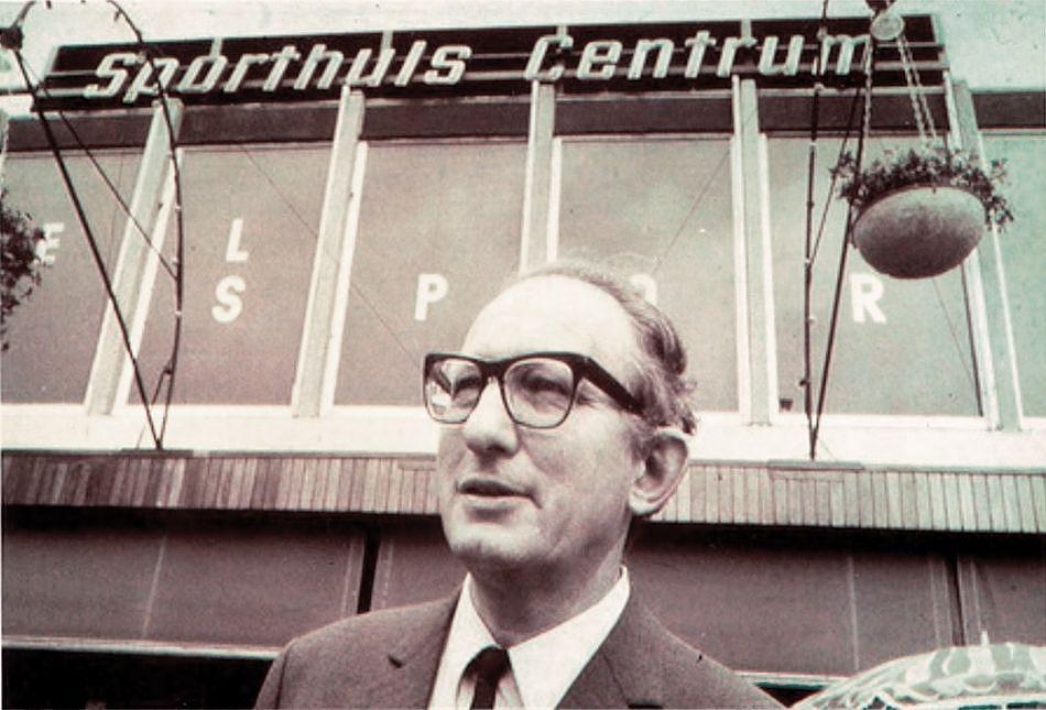1953 Piet Derksen bij de opening van Sporthuis Centrum aan de Rotterdamse Lijnbaan