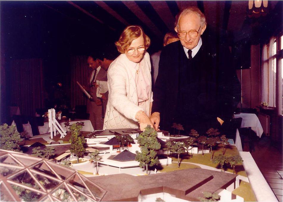 1984 - Oprichters Piet en Trude Derksen bij de maquette van Het Heijderbos